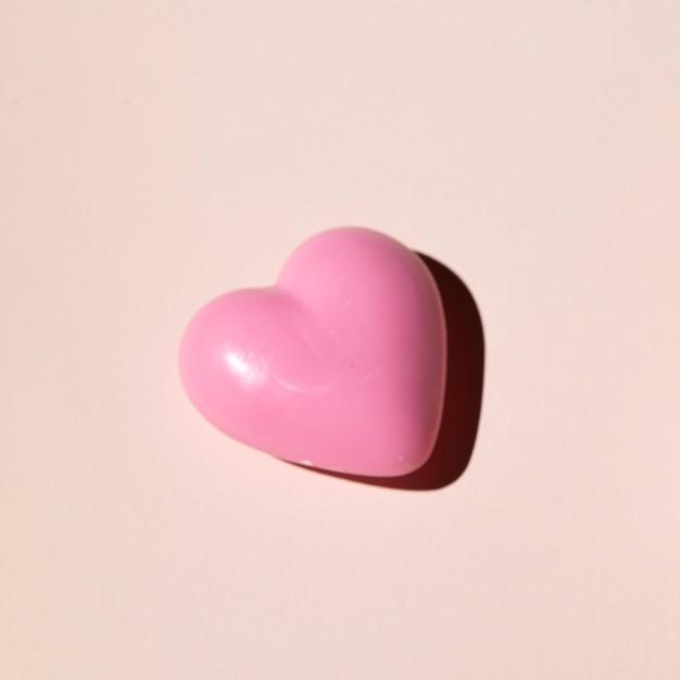 Vista superior de un corazón sobre fondo liso Foto gratis