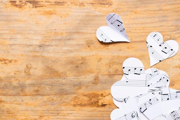 Vista superior de corazones de papel con notas musicales Foto gratis