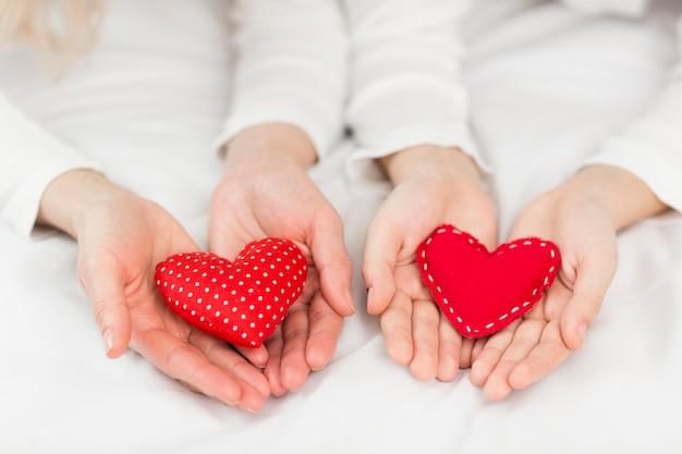 Vista superior de corazones rojos regalos Foto gratis