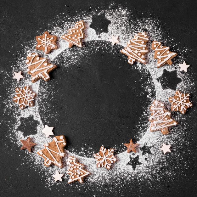 Vista superior de la corona de pan de jengibre con harina Foto gratis