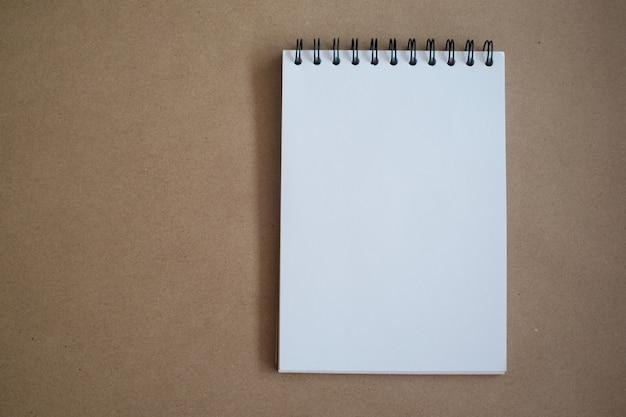 Vista superior del cuaderno para imitar para arriba en concepto de la educación de la oficina. Foto Premium