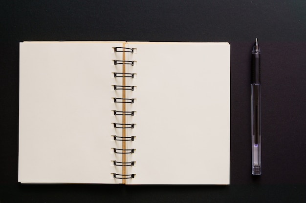 Vista superior del cuaderno kraft vacío y bolígrafo en negro Foto Premium