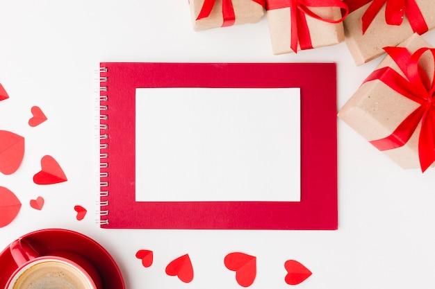 Vista superior del cuaderno y regalos para el día de san valentín Foto gratis