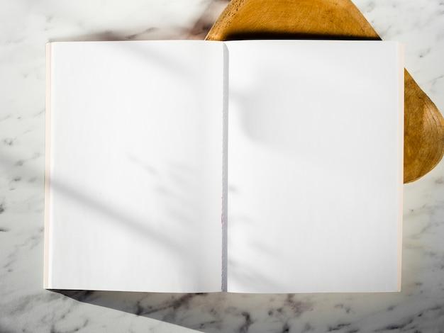 Vista superior cuaderno vacío con sombras Foto gratis
