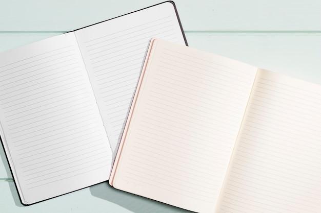 Vista superior de cuadernos abiertos de primer plano Foto gratis