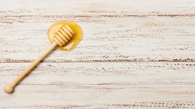Vista superior cuchara con mancha de miel Foto gratis
