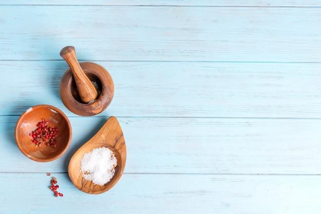 Vista superior de cuencos de madera con sal natural y condimentos. Foto Premium