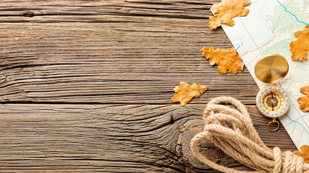 Vista superior cuerda y hojas de otoño Foto gratis