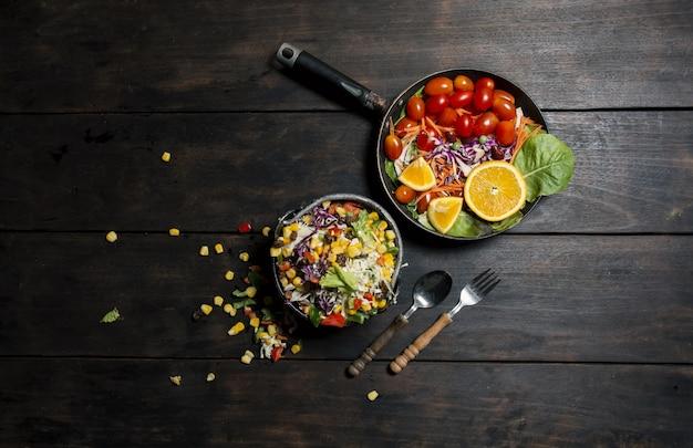 Vista superior de cena saludable con un tenedor y una cuchara Foto Gratis