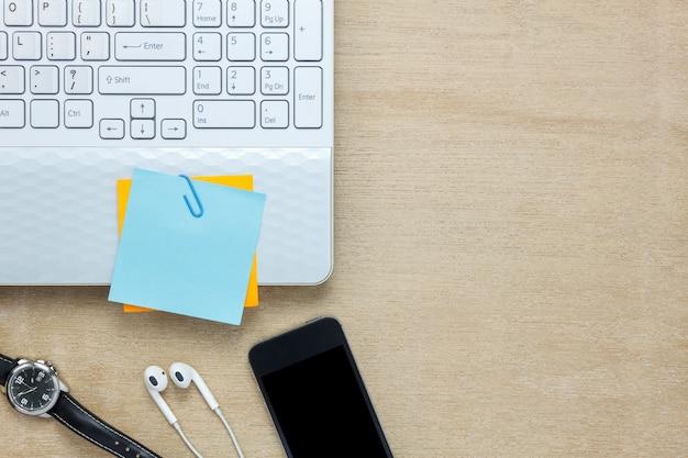 Vista superior de escritorio de oficina de accesorios el tel fono m vil papel de nota l piz - Telefono de oficina de ryanair ...
