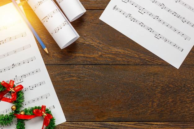 Vista superior de hoja de música de papel de nota y decoración de ...