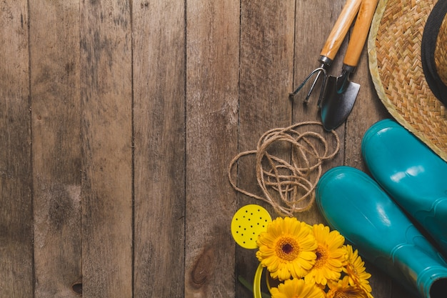 Vista superior de varios objetos de jardiner a sobre mesa for Imagenes de jardineria gratis
