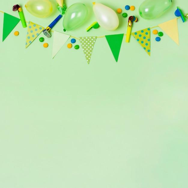 Vista superior decoración de cumpleaños en fondo verde con espacio de copia Foto gratis