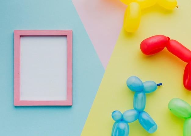 Vista superior decoración con globos y marco Foto gratis