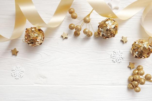 Vista superior de decoración navideña de maqueta y bola de oro, flatlay en blanco Foto Premium