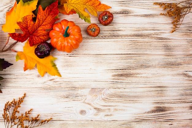 Vista superior decoración de otoño con espacio de copia Foto gratis