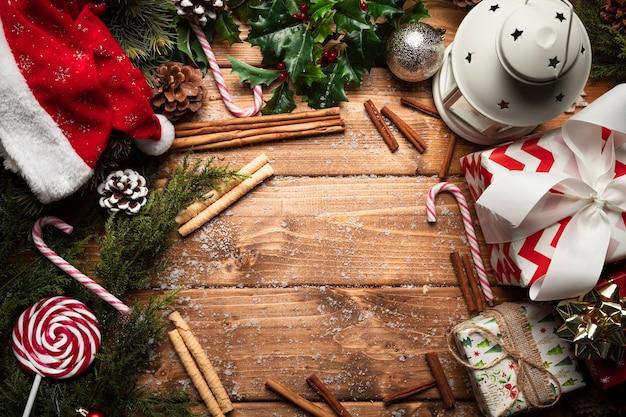 Vista superior decoraciones de navidad con fondo de madera Foto gratis