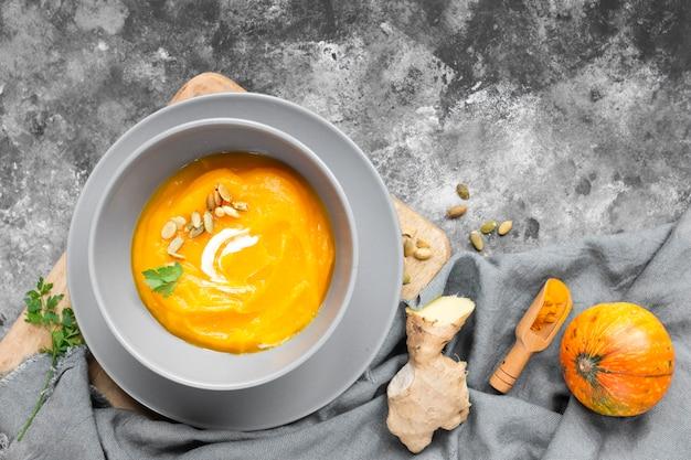 Vista superior deliciosa sopa sobre fondo gris Foto gratis