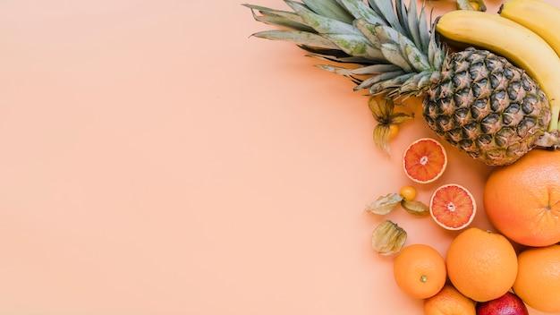 Vista superior deliciosas frutas exóticas con espacio de copia Foto Premium