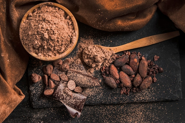 Vista superior delicioso arreglo de chocolate sobre tela oscura Foto gratis
