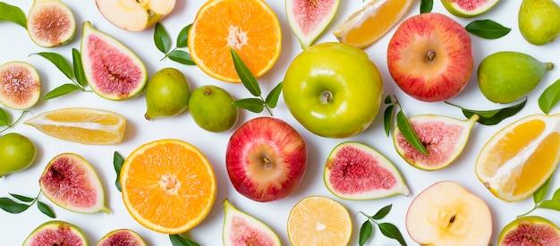 Vista superior delicioso conjunto de frutas sobre la mesa Foto gratis