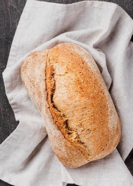 Vista superior delicioso pan blanco sobre tela Foto gratis
