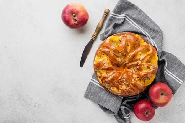 Vista superior delicioso pastel horneado con manzanas Foto gratis