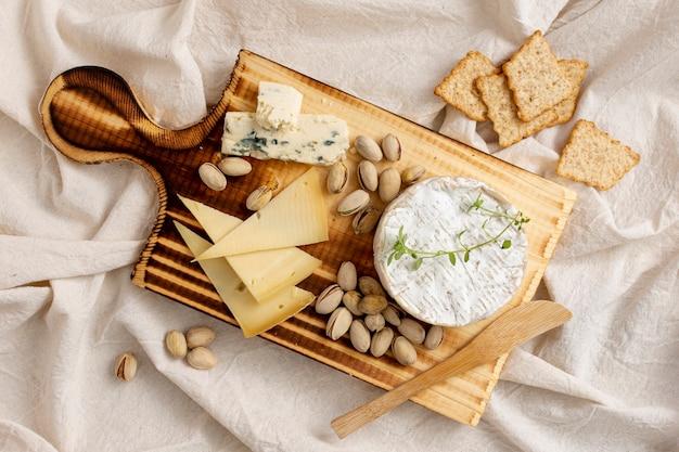 Vista superior deliciosos aperitivos en una mesa Foto gratis