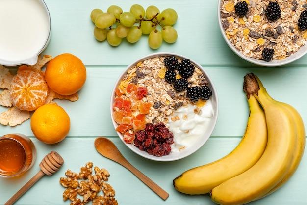 Vista superior desayuno saludable en la mesa Foto gratis