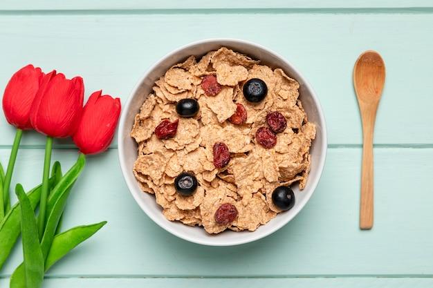 Vista superior desayuno saludable con tulipanes Foto gratis
