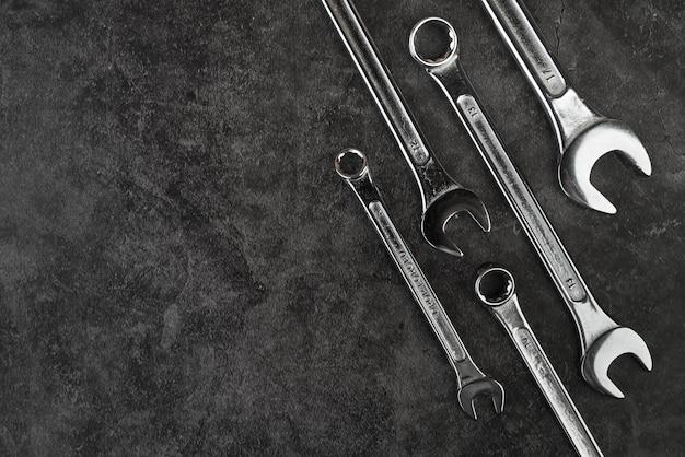 Vista superior de diferentes tipos de llaves Foto gratis