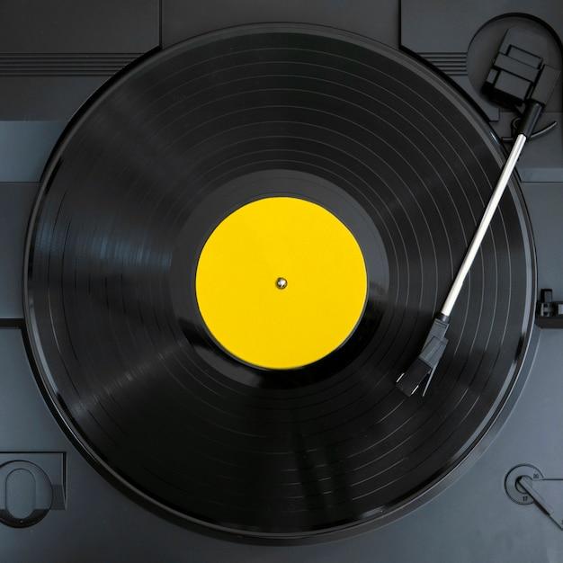 Vista superior del disco de vinilo en reproducción Foto gratis