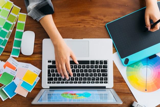 Vista superior de diseñadora gráfica en escritorio Foto gratis