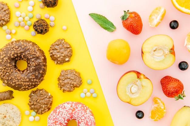 Vista superior donut vs fruta Foto gratis