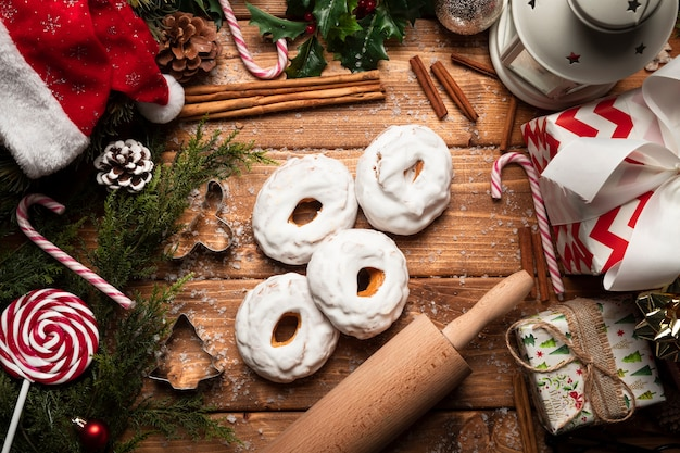 Vista superior de dulces navideños con fondo de madera Foto gratis