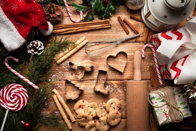 Vista superior dulces navideños con utensilios de cocina Foto gratis