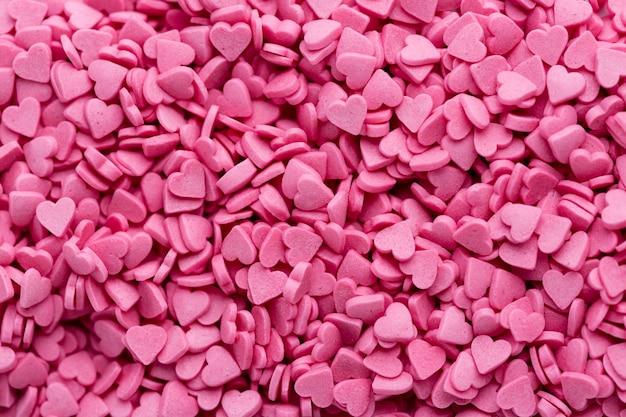Vista superior de dulces rosados en forma de corazón Foto gratis