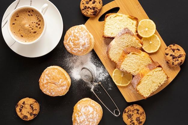 Vista superior dulces y una taza de café Foto gratis