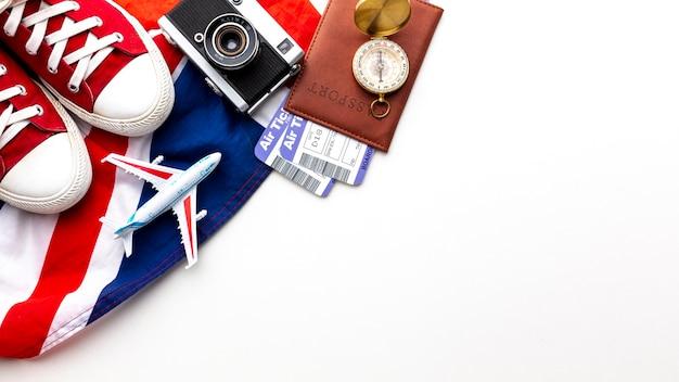 Vista superior de elementos de viaje con espacio de copia Foto gratis