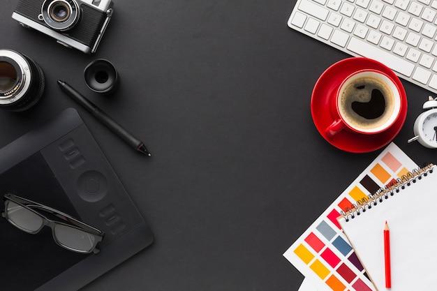 Vista superior del escritorio con café y bloc de dibujo Foto gratis