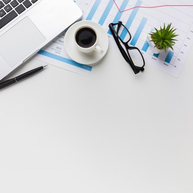 Vista superior del escritorio con café y computadora portátil Foto gratis