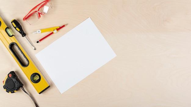 Vista superior del escritorio del constructor con maqueta de papel Foto gratis