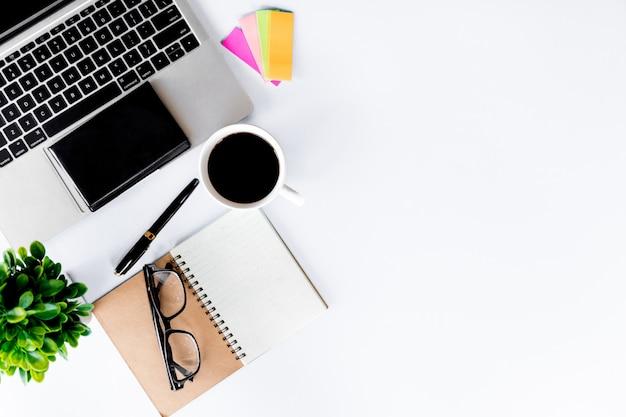 Vista superior del escritorio de oficina moderno con espacio de trabajo en la oficina con espacio de copia Foto Premium