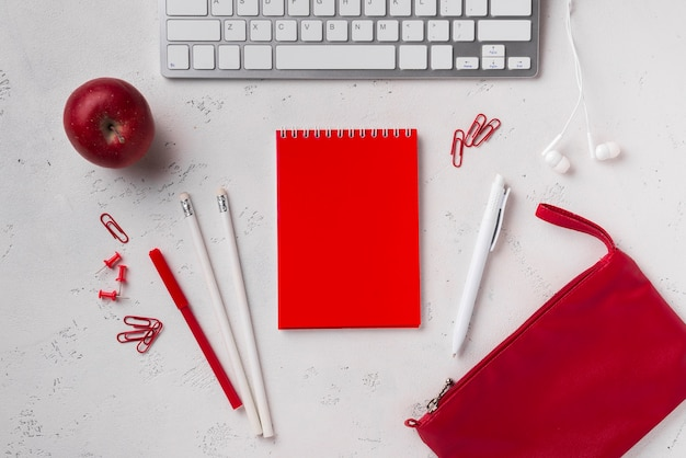 Vista superior del escritorio con teclado y notebook Foto gratis
