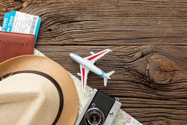 Vista superior esencial del kit de viaje Foto gratis