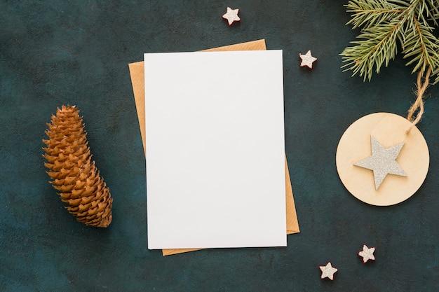 Vista superior espacio de copia papel de papelería y cono de coníferas Foto gratis