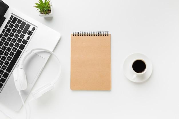 Vista superior del espacio de trabajo con laptop y notebook Foto gratis