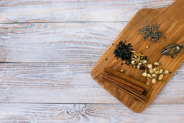 Vista superior de especias aromáticas con palitos de canela Foto gratis