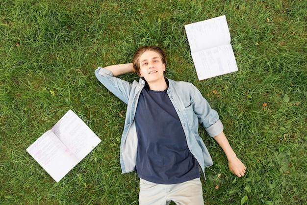 Vista superior estudiante universitario relajante en el campus Foto gratis