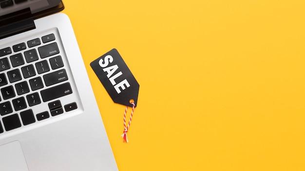Vista superior de la etiqueta de venta y portátil Foto gratis